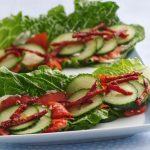 Копчёный лосось на листьях салата