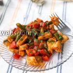 Куриное филе с овощами в томатном соусе