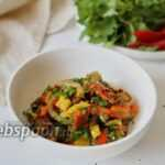 Тёплый салат из печёных овощей с перцем чили и зеленью