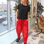 Красные брюки и джинсы: 17 вариантов, которые поднимут настроение и самооценку